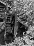 Черно-белое фото деревянного колеса воды потоком Стоковое Фото