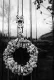Черно-белое фото стильной двери стоковые изображения rf