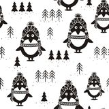 Черно-белые безшовные картина, пингвины и ели, иллюстрация вектора