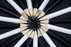 Черно-белые деревянные карандаши в круге стоковая фотография