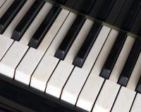 Черно-белые ключи на старой клавиатуре цвета слоновой кости рояля Стоковые Фото