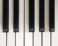 Черно-белые ключи на старой клавиатуре цвета слоновой кости рояля Стоковая Фотография