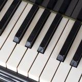 Черно-белые ключи на старой клавиатуре цвета слоновой кости рояля Стоковое фото RF