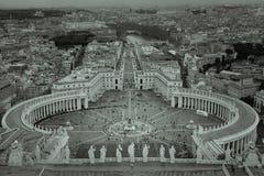 Черно-белый взгляд Ватикана показывая квадрат ` s St Peter стоковое фото rf