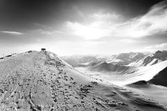 Черно-белый взгляд на верхней станции ropeway в кануне зимы солнца Стоковое Фото