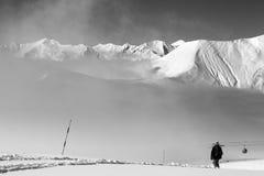Черно-белый взгляд на наклоне -piste с snowboarder и mou Стоковая Фотография RF