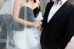 Черно-белый выхольте и невеста с обручальным кольцом стоковое изображение