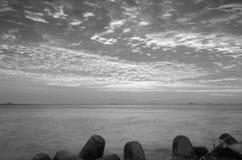 Черно-белый интенсивный оранжевый заход солнца на удаленном изолированном тропическом пляже стоковое изображение rf