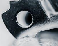 Черно-белый конспект макроса консервооткрывателя бутылки стоковое изображение