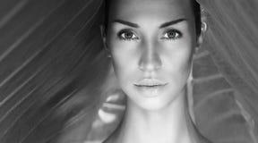 Черно-белый красивый сексуальный портрет женщины Сторона женщины с n стоковые фотографии rf