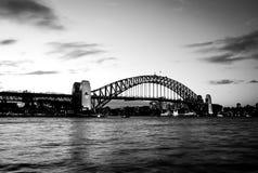 Черно-белый, могущественный стальной мост гавани Сиднея пересекая океан стоковое изображение