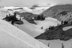 Черно-белый снег на клобуке держателя стоковые фото