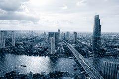 Черно-белый умный город с сетевым подключением, беспроволочным сообщением стоковое изображение rf
