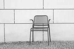 Черно-белый фотоснимок пустого стула металла установил agai стоковые изображения rf