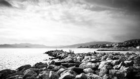 Черно-белый seascape пляжа Канн скалистого стоковая фотография