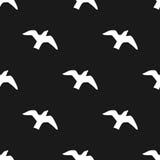 Черно-белая безшовная картина с летящими птицами Стоковое фото RF
