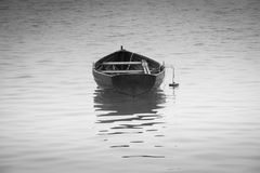 Черно-белая весельная лодка с отражением Стоковые Фото
