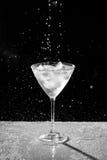Черно-белая вода падает и брызгает Стоковые Изображения