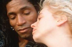 Черно-белая пара в влюбленности, город NY, NY Стоковые Фото