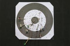 Черно-белая покрашенная цель archery с стрелками Стоковое Фото