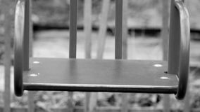 Черно-белая съемка отснятого видеоматериала дезертированной старой покинутой спортивной площадки гетто отбрасывает видео- стилизо видеоматериал