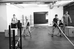 Черно-белая съемка людей в тренировке цепи спортзала Стоковая Фотография