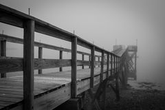 Черно-белая туманная пристань Стоковое фото RF