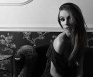 Черно-белая чувственная элегантная девушка крытая Стоковое фото RF