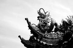 Черно-белая штукатурка дракона на крыше Стоковая Фотография RF