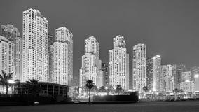 Черно-белое изображение Дубай на ноче, ОАЭ стоковое фото