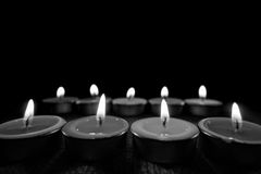 Черно-белое изображение и селективный фокус пламени свечи освещают на ноче Стоковое Изображение RF