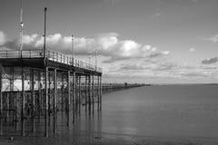 Черно-белое изображение пристани Southend, Essex, Англии Стоковая Фотография