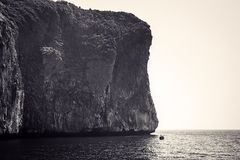 Черно-белое изображение утесов и острова Phi Phi Longtail Стоковые Фото