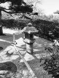 Черно-белое изображение японского сада песка Стоковые Изображения