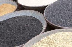 Черно-белое семя сезама с маковыми семененами на рынке Стоковые Фото