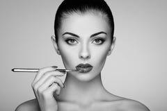 Черно-белое фото губной помады картины женщины Стоковые Изображения RF