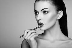 Черно-белое фото губной помады картины женщины Стоковая Фотография