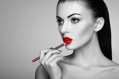 Черно-белое фото губной помады картины женщины Стоковая Фотография RF