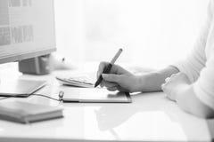 Черно-белое фото молодой женщины работая с цифровым graphi Стоковое Изображение RF