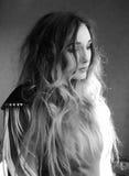 Черно-белое фото привлекательной чувственной молодой женщины с lon Стоковая Фотография RF