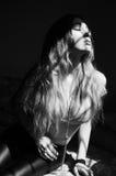 Черно-белое фото привлекательной чувственной молодой женщины с lon Стоковое фото RF