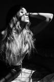 Черно-белое фото привлекательной чувственной молодой женщины с lon Стоковое Изображение RF