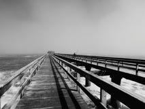 Черно-белое фото пристани в Swakopmund Намибии Стоковое Фото