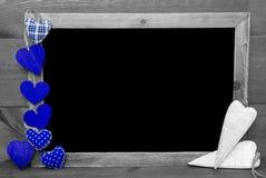 Черно-белое Blackbord, голубые сердца, космос экземпляра Стоковое Изображение RF