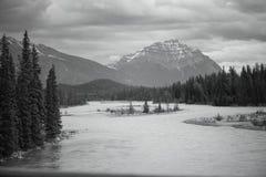 Черно-белое mountainscape Banff с озером Стоковая Фотография RF