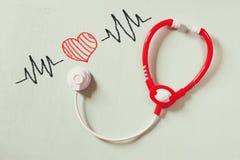 Черно-белое phot стетоскопа игрушки и красочной иллюстрации сердцебиений над текстурированной предпосылкой Стоковая Фотография