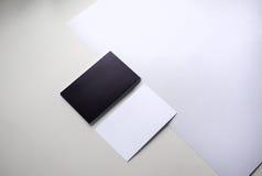 Черно-белые визитные карточки на таблице Стоковое Изображение
