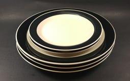 Черно-белые винтажные античные плиты и поддонники обедающего стоковое изображение rf