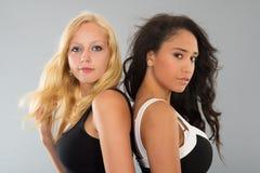 Черно-белые девушки говоря друг к другу Стоковая Фотография