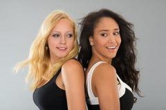 Черно-белые девушки совместно Стоковая Фотография